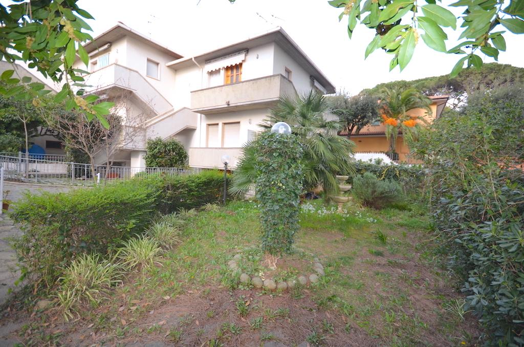 Castiglioncello 500 m from the sea with garage and garden
