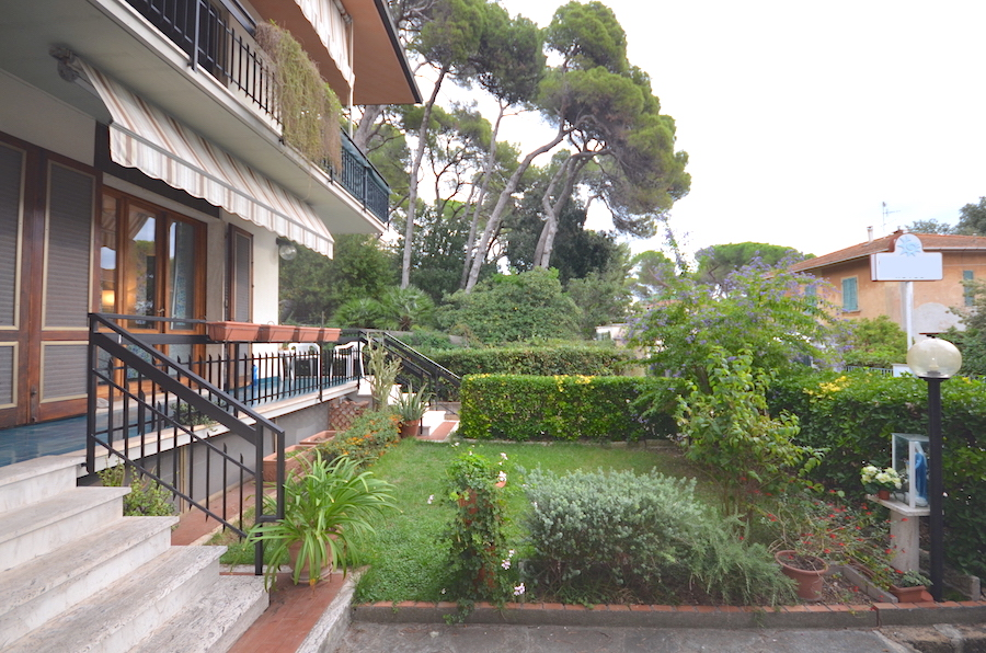 Castiglioncello, Tuscany, 200 m from the sea and the centre, independent apartment with garden