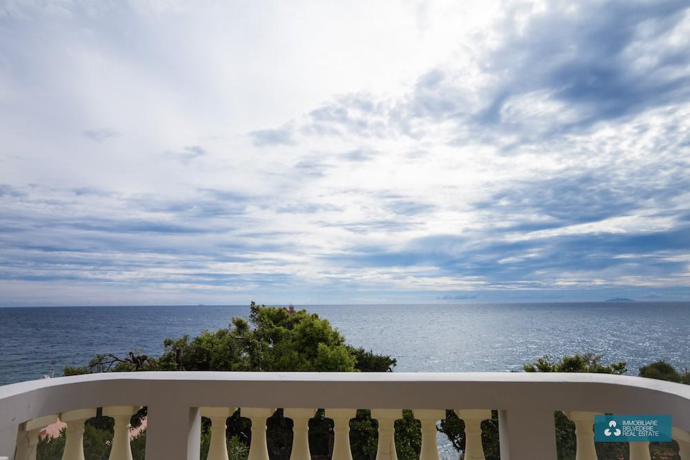Quercianella, Tuscany, 300 sqm villa with double private access to the sea