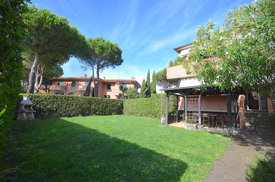 Castiglioncello, elegante app. 105 mq su due livelli, con giardino